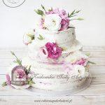 Biało-różowy tort naked cake bez polewy zdobiony eustomami