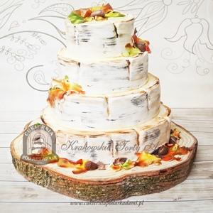 Jesienny tort weselny zdobiony żołędziami i listkami