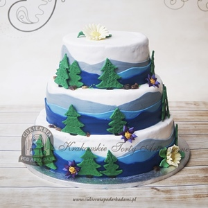 Tort z choinkami i górskim widokiem