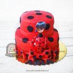 Czerwony tort w czarne kropki z nadrukiem z bajki MIRACULUM Biedronka i Czarny Kot