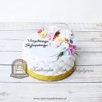 Tort z wiązanką wiosennych kwiatów