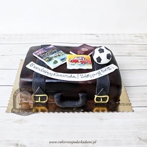 Tort dla podróżnika - walizka z mapą przewodnikiem i paszportem