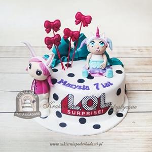 Tort z laleczkami LOL Surprise ozdobiony kropkami i kokardami