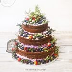 Tort weselny naked cake z owocami sezonowymi i rozmarynem