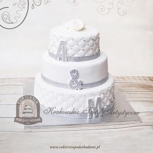 Weselny tort pikowany z kryształkami i inicjałami