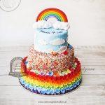 Tęczowy tort piętrowy z chmurkami
