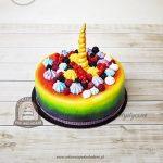 Tęczowy tort z owocami, bezami i rogiem jednorożca