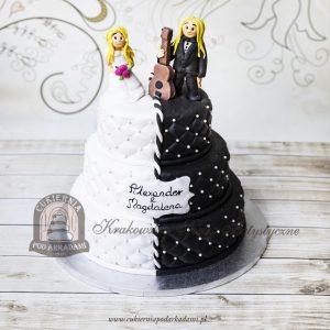 Biało-czarny tort weselny z pikowaną polewą i figurkami Pary Młodej