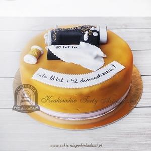 Tort z maszyną do szycia