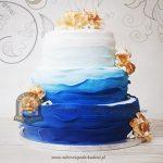 Tort biało-niebieski ombre z falbankami i kwiatami