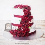 Tort weselny z czerwonymi różami