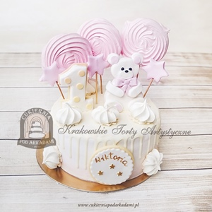 Pastelowy tort na roczek z figurką misia, gwiazdkami, cyferką 1 i bezowymi lizakami
