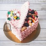 Tort otwarte serce z owocami