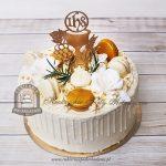 Tort na Komunię z makaronikami, kielichem, kwiatami, oblany białą czekoladą