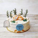 Tort z liskiem zdobiony makaronikami i gałązkami rozmarynu blog
