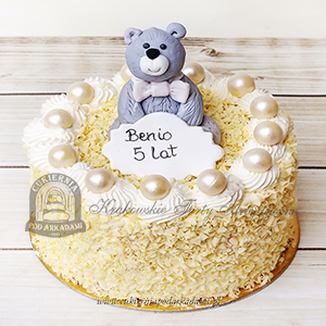 Tort z wiórkami czekoladowymi, perełkami i figurką misia blog