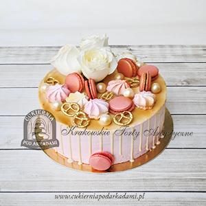 Tort-drip-cake-dekorowany-różami-makaronikami-perłami-bezami-złotymi-precelkami-Cukiernia-pod-Arkadami-blog