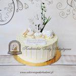 Tort-na-Komunię-drip-cake-z kielichem-hostią-konwaliami-dekorowany-bezami-i-makaronikami-oblany-białą-czekoladą-Cukiernia-pod-Arkadami BLOG