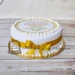 Klasyczny-tort-na-Komunię z-nadrukiem-na-opłatku-przewiązany-kokardą blog