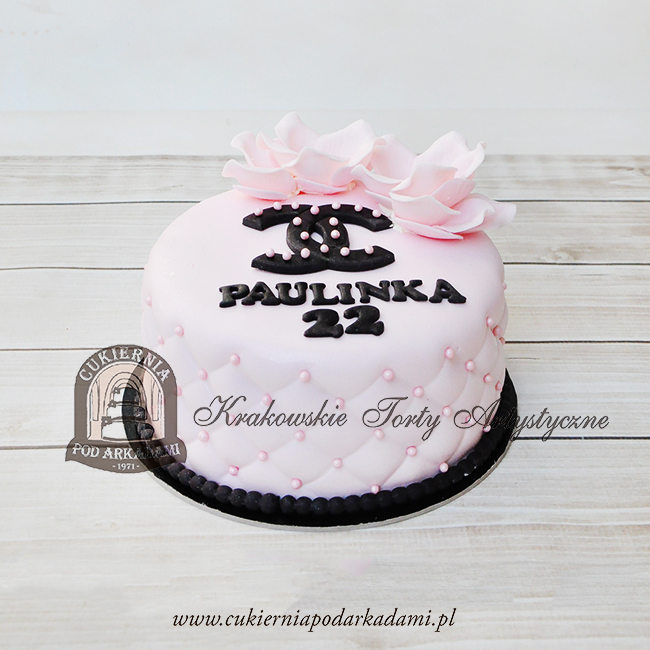 Tort-z-logo-CHANEL-i-kamieliami-blog-cukiernia-pod-arkadami