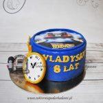 331BA Tort-POWRÓT-DO-PRZYSZŁOŚCI-z-nadrukiem-na-opłatku-zegarem-i-samochodem-blog-cukierniapodarkadami