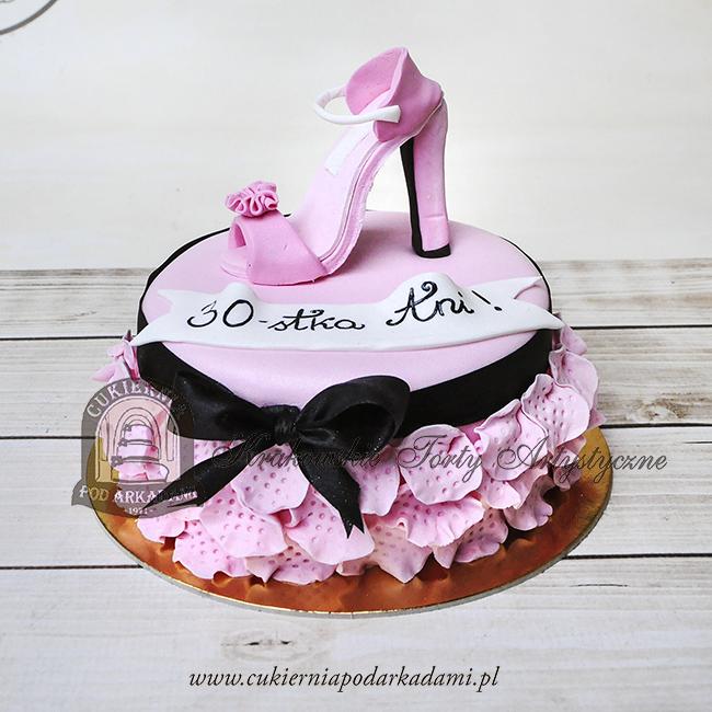 332BA Kobiecy-tort-z-sandałkiem-na-obcasie-zdobiony-płatkami-cukrowych-kwiatów-i-kokardą