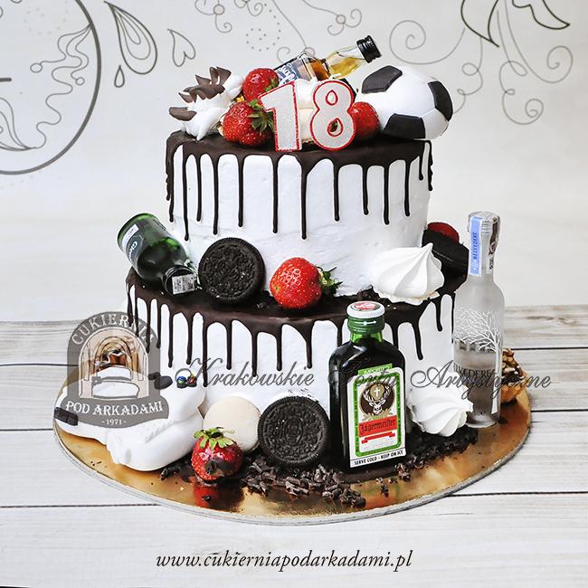 333BA Piętrowy-tort-na-18-urodziny-chłopaka-z-ciastkami-oreo-truskawkami-miniaturkami-alkoholi-konsolą-i-piłką