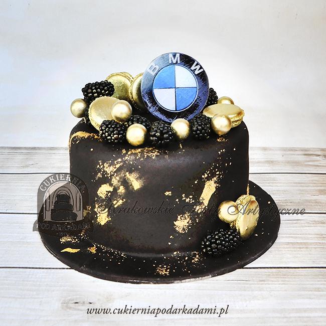 334BA Tort-w-polewie-z-ciemnej-czekolady-zdobiony-jadalnym-złotkiem,-makraronikami-jeżynami-logo-BMW-cukiernia-pod-arkadami